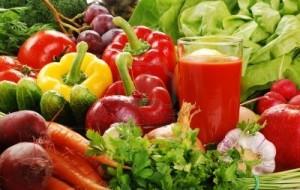 8704528-composizione-con-varieta-di-verdure-crude-e-bicchiere-di-succo-di